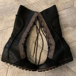 Like new tall size 6 sorel black boots